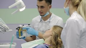 H?bsche Frau, die ihren Zahnarzt in der Klinik besucht stock video footage
