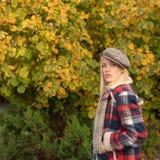 H?bsche Frau im Hut Frau tragen karierten Kleidungsnaturhintergrund M?dchenabnutzung Kepi Fallmode-accessoire adorable lizenzfreies stockfoto
