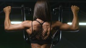 H?bsche kaukasische Eignungsfrau, die oben Muskeltrainingseignung und bodybuildende Konzeptturnhallenhintergrund-ABS?bungen in Tu stock footage