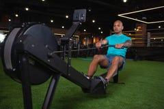 H?bscher m?nnlicher afrikanischer Athlet, der an der Turnhalle ausarbeitet lizenzfreie stockfotos
