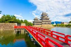 H för förgrund för vallgrav för bro för Matsumoto slott rött Royaltyfri Foto