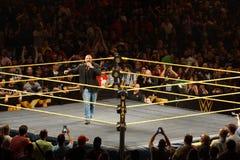 H för trippeln för WWE-världsstjärnalegenden talar in i mic, som han går omkring Arkivbild