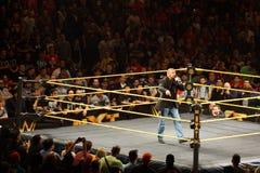H för trippeln för WWE-världsstjärnalegenden talar in i mic, som han går omkring Arkivfoton