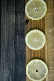H?g av citroner p? tr?tabellen arkivbild