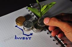 H?g av det indonesiska myntet och diagrammet Investering royaltyfri fotografi