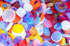 H?g av plast- kapsyltextur Mycket flaskblast av l?sk, plast- ?tervinning royaltyfri foto