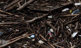 H?g av skr?p och avfalls efter flod F?rlorat problem i milj?n Problem av plast- fr?n hush?ll F?rlorad ledning royaltyfri bild