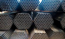H?g f?r metallst?l- och aluminiumr?r i lastlagret f?r trans. och logistik till den fabriks- fabriken arkivbild