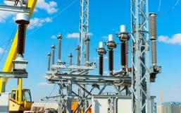 H?g-sp?nning utrustning - vakuumstr?mbrytare och isolatorer p? metallservice arkivfoton