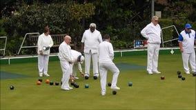 H?ga utomhus- bowla klubbaspelare som spelar folk f?r h?lsa f?r kondition f?r gr?smattagr?splanbunkar ?ldre stock video