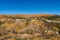 H?gel mit Stein in der Gebirgsregion in Portugal Gebrannte B?ume nach einem Feuer in den Bergen ?kologische Katastrophe lizenzfreies stockbild