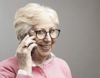 h?gt samtal f?r lycklig ladytelefon arkivbild