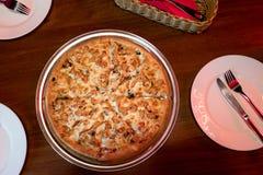 H?hner-und Pilz-Pizza stockfoto
