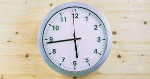 H24 klaar uren timelapse naadloze lijn, wijzersbeweging, de moderne witte metaalklok van de alarmmuur op hout stock video