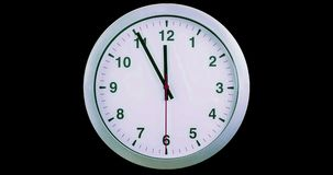 H24 klaar uren timelapse naadloze lijn, wijzersbeweging, de moderne witte metaalklok van de alarmmuur op zwarte het schermachterg stock video