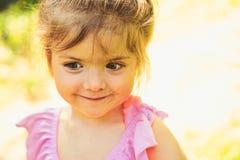 H?lsningsommar V?r sm?barn f?r v?derprognos naturlig sk?nhet Barns dag framsida och skincare allergi till royaltyfria bilder