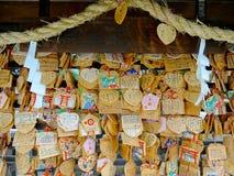 H?lzerne votive Plakette Ema, die an Tsuyunoten-Schrein h?ngt stockfoto