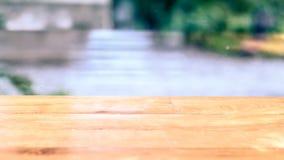 H?lzerner freier Raum auf Tabelle und Sommermeer gestalten landschaftlich stockbilder