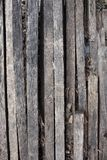 H?lzerner nat?rlicher brauner Hintergrund mit Narben und Mustern H?lzerne Latten Gebrannter Baum stock abbildung