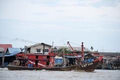 H?lzernes Fischboot, das am Pier parkt lizenzfreies stockbild