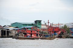 H?lzernes Fischboot, das am Pier parkt lizenzfreie stockbilder