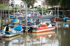 H?lzernes Fischboot, das am Pier parkt stockbild