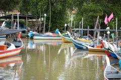 H?lzernes Fischboot, das am Pier parkt lizenzfreie stockfotos