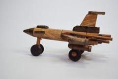 H?lzernes Flugzeugspielzeug der nahen hohen Weinlese hergestellt vom Bambus Getrennt auf wei?em Hintergrund lizenzfreie stockfotos