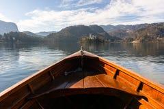 H?lzernes Mietboot auf einem ausgebluteten See, Ende des Bootes, das in Richtung zu See ausgebluteter Insel mit ber?hmtem Tourist lizenzfreies stockfoto