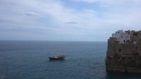 H?lzernes Segelschiff Polignano eine Stute Puglia Italien stock video footage