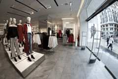 H&M κατάστημα σε Gran μέσω Μαδρίτη, στις 11 Μαρτίου 2018 Ισπανία Στοκ Εικόνες