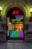 H&M Shop Entrance på natten fotografering för bildbyråer