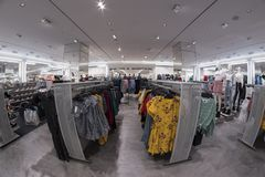 H&M shoppar i Gran via Madrid mars 11th, 2018 spain Arkivfoto