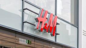 H&M-Shopzeichen über den Einstiegstüren Lizenzfreie Stockbilder