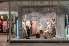 H&M sklep przy Emquatier, Bangkok, Tajlandia, Apr 25, 2019: Unikalna H&M odzież z Morris & Co współpracy nadokiennym pokazem zdjęcia royalty free