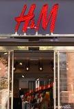 H&M sklepu logotypu znak H&M Hennes AB & Mauritz jest Szwedzkim wielonarodowym odzieży firmą Fotografia Royalty Free