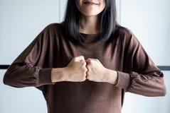 H?nder av teamwork f?r kvinnashowstyrka, n?vebulan och att s?tta hennes hand royaltyfria bilder