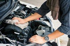 H?nder f?r arbetare f?r f?r man som eller automatisk mekaniker g?r ren bilmotorn med tyg royaltyfri fotografi