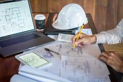 H?nder f?r konstruktionsteknik som eller arkitektarbetar p? ritningkontroll i arbetsplats, medan kontrollera informationsteckning royaltyfria foton