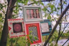 H?ngen dekorative Fotorahmen der Nahaufnahme an einem Baumast lizenzfreie stockbilder