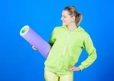 H?ngivet till kondition Idrottsman nenyogalagledare Yogagruppbegrepp Yoga som hobby och sport ?vande yoga varje dag flicka royaltyfri fotografi