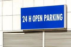 24h ouvrent le signe de stationnement Photographie stock libre de droits
