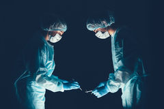 Hôpital d'équipe médicale effectuant l'opération Groupe de chirurgien au travail dans la pièce de théâtre d'opération Soins de sa images stock