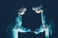 Hôpital d'équipe médicale effectuant l'opération Groupe de chirurgien au travail dans la pièce de théâtre d'opération Soins de sa photographie stock libre de droits