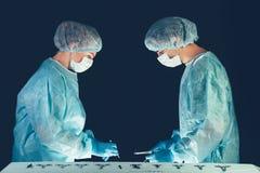 Hôpital d'équipe médicale effectuant l'opération Groupe de chirurgien au travail dans la pièce de théâtre d'opération Soins de sa photographie stock