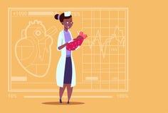 Hôpital de maternité médical de travailleur de cliniques d'Afro-américain de fille féminine de docteur Hold Newborn Baby Photos stock