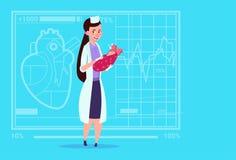Hôpital de maternité médical de travailleur de cliniques de fille féminine de docteur Hold Newborn Baby Photographie stock libre de droits