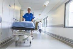 Hôpital de patient de chariot d'hôpital à civière de tache floue de mouvement image stock
