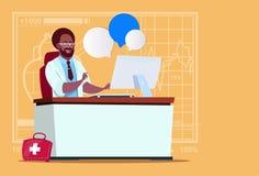 Hôpital en ligne de travailleur de cliniques médicales de consultation de docteur Sitting At Computer d'afro-américain Image stock