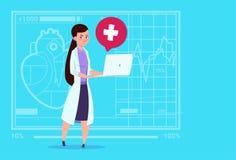 Hôpital en ligne femelle de travailleur de cliniques médicales de consultation de docteur Hold Laptop Computer Photo stock